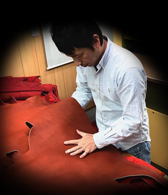 革の選定をする吉田さん